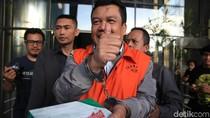 Ditahan KPK, Eks DPRD Bandung Acungkan Jempol