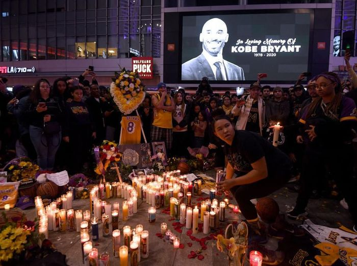 LOS ANGELES, CALIFORNIA - JANUARY 26:  Fans gather at LA Live to pay tribute to Kobe Bryant who died earlier in a helicopter crash on January 26, 2020 in Los Angeles, California. (Photo by Harry How/Getty Images)