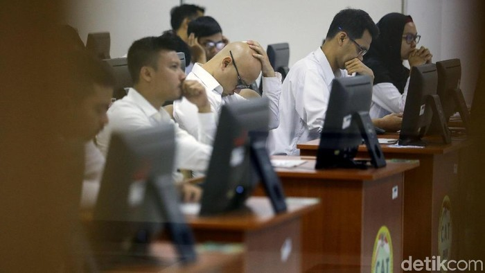 Seleksi kompetensi dasar (SKD) calon pegawai negeri sipil (CPNS) digelar serentak hari ini. Peserta penuhi Kantor BKN untuk mengikuti tes tersebut.