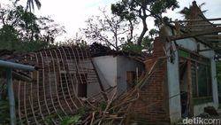 Diterjang Angin Kencang, 3 Rumah Warga Blitar Ambruk, 50 Rusak Ringan