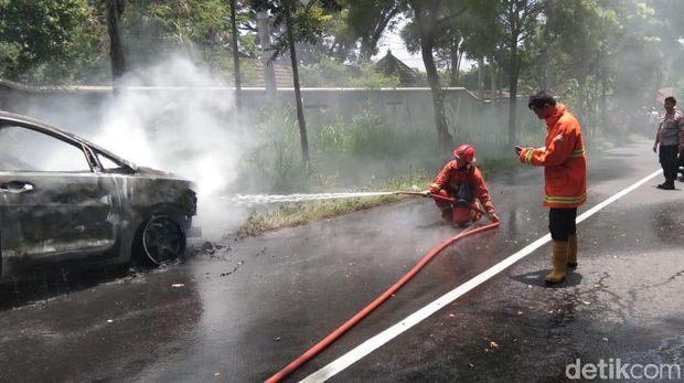 Melaju Santuy, Mobil Berpenumpang 4 Orang Ini Tiba-tiba Terbakar