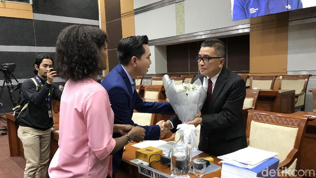 Penuhi Panggilan Komisi I, Helmy Yahya Dapat Bunga Bakung dari Pegawai TVRI