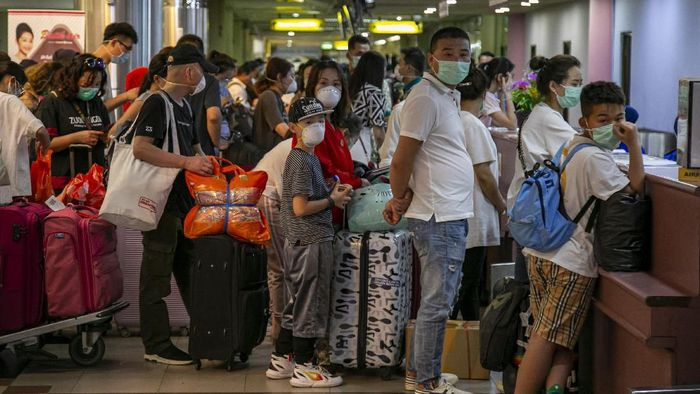 Sejumlah wisatawan asing asal China antre di konter lapor diri (check-in) Terminal Keberangkatan Bandara Hang Nadim, Batam, Kepulauan Riau, Selasa (28/1/2020). Agen biro perjalanan China memulangkan ratusan wisatawannya yang sedang berkunjung di Batam menyusul merebaknya wabah virus Korona, selain itu pihak Bandara Hang Nadim juga menghentikan sementara penerbangan dari China ke Batam sampai batas waktu yang belum ditentukan. ANTARA FOTO/M N Kanwa/wsj.
