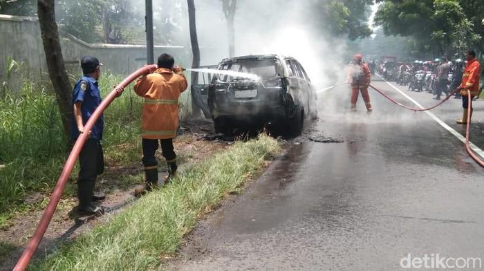 mobil terbakar di Bondowoso