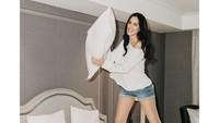 Sophia Latjuba Pose di Atas Kasur, Dipuji Seperti ABG