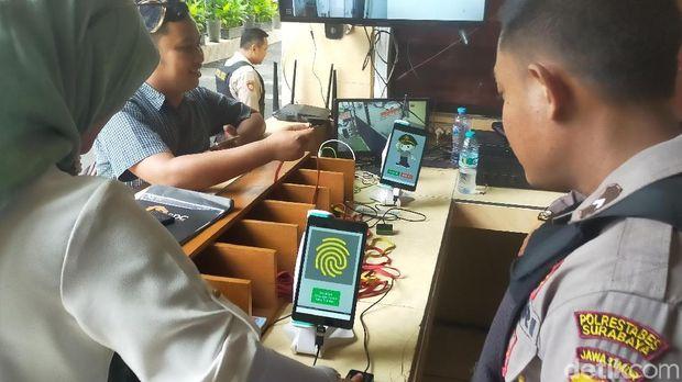 Polrestabes Surabaya Punya Buku Digital untuk Meregistrasi Tamu yang Datang