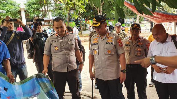Polisi dan Satpol PP Tangerang mencopot spanduk 'King of the King'