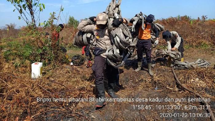 DOK. ISTIMEWA/  Kapolres Bengkalis AKBP Sigit Adiwuryanto terjun langsung ke lokasi untuk memotivasi tim gabungan berjibaku memadamkan api.