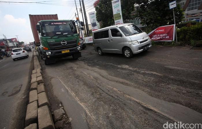 Jalan HM Joyomartono yang berada di kawasan Bekasi, Jawa Barat, rusak dan berlubang. Para pengendara pun harus berhati-hati saat melintasi jalan tersebut.
