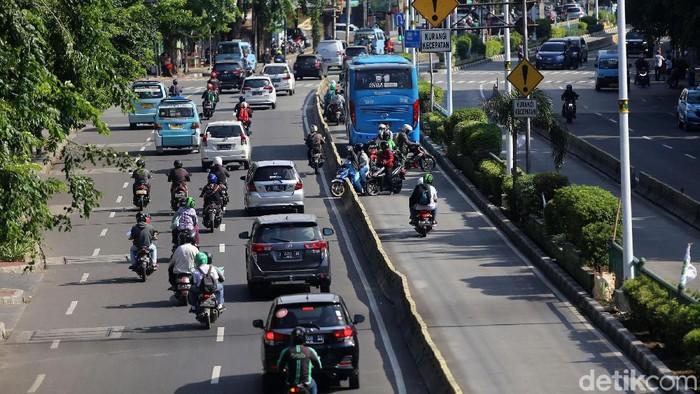 Sejumlah pengendara motor masih saja nekat terobos jalur TransJakarta. Dihadang polisi, mereka langsung putar balik dan lawan arah.