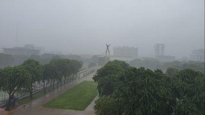 Sendiri Hujan-hujanan