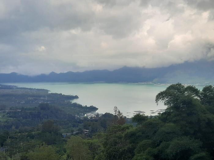 Perubahan warna dari biru ke hijau toska terlihat di hampir seluruh bagian danau, hanya tersisa bagian timur utara (dok. Petugas Pos Gunung Batur PVMBG)