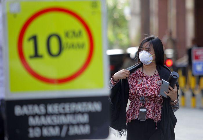Seorang wanita menggunakan masker saat keluar dari gedung BRI 2, Jakarta, Kamis (23/1/2020) lalu usai kasus virus Corona yang menggemparkan dunia. ANTARA FOTO/Reno Esnir.