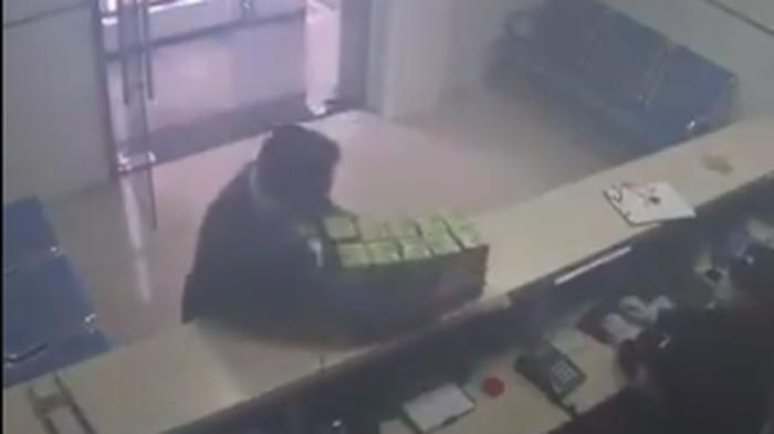 Seorang pria misterius di China bagi-bagi masker.