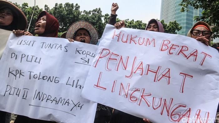 Warga yang tergabung dalam Jaringan Tanpa Asap Batubara Indramayu (JATAYU) berunjukrasa di depan Gedung KPK, Jakarta, Selasa (28/1/2020). Mereka mendesak KPK untuk mengusut dugaan kejanggalan proyek pembangunan PLTU II Indramayu. Selain itu, pendemo keberatan dengan pembangunan PLTU II Indramayu karena alasan lingkungan.