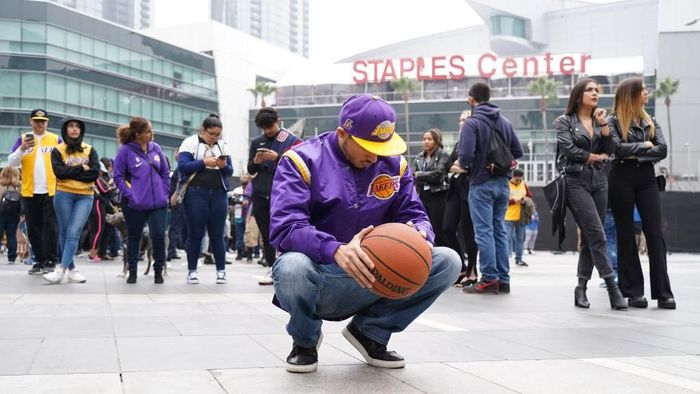 LOS ANGELES, CALIFORNIA - JANUARY 26: Los Angeles Lakers fan Victor Chavez, 30, of Los Angeles, mourns the death of retired NBA star Kobe Bryant outside the Staples Center prior to the 62nd Annual Grammy Awards on January 26, 2020 in Los Angeles, California. Bryant, 41, died today in a helicopter crash in near Calabasas, California (Photo by Rachel Luna/Getty Images)