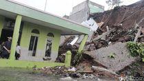 Masjid di Cimahi Rusak Tertimpa Longsor Tebing