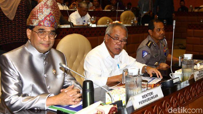 Menhub Budi Karya Sumadi bersama Menteri PUPR Basuki Hadimuljono hadiri rapat evaluasi mudik Nataru di DPR. Menhub tampak kenakan pakaian adat di rapat tersebut