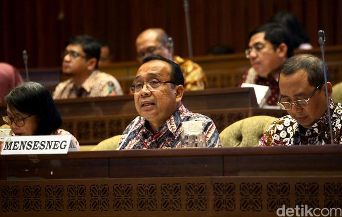 Komisi II DPR menggelar rapat kerja bersama Menteri Sekretaris Negara Pratikno. Raker itu membahas mengenai aset negara.