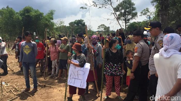 Ratusan warga yang tinggal di Kecamatan Alang-Alang Lebar, Palembang, menghadang petugas BPN dan polisi yang akan mengukur tanah.