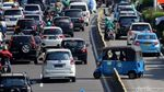 Hindari Polisi, Pemotor Nekat Lawan Arah di Jalur TransJakarta