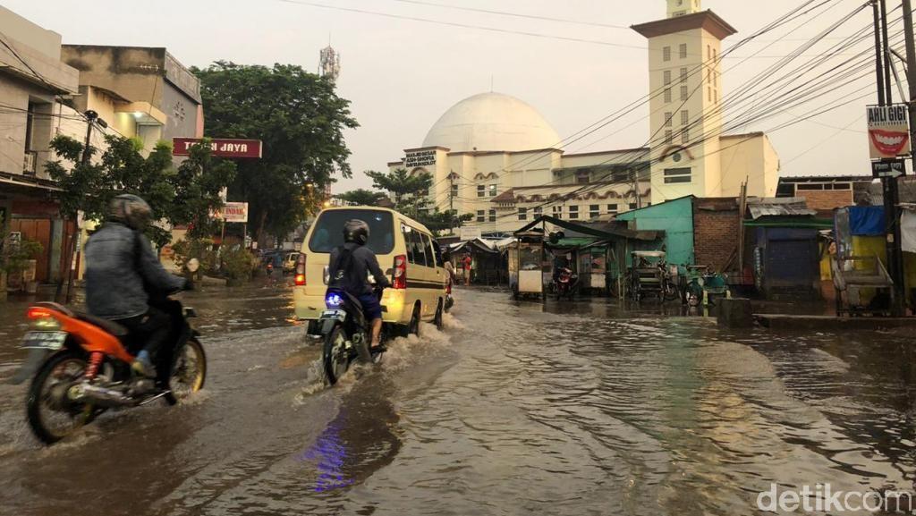 Banjir Mulai Surut, Jalan Dayeuhkolot-Banjaran Sudah Bisa Dilintasi