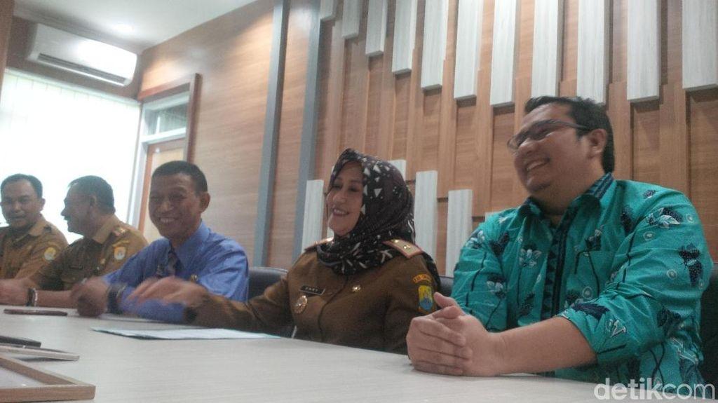 Tim Medis Swab Tenggorokan Pasien Dicurigai Corona di RS Waled Cirebon