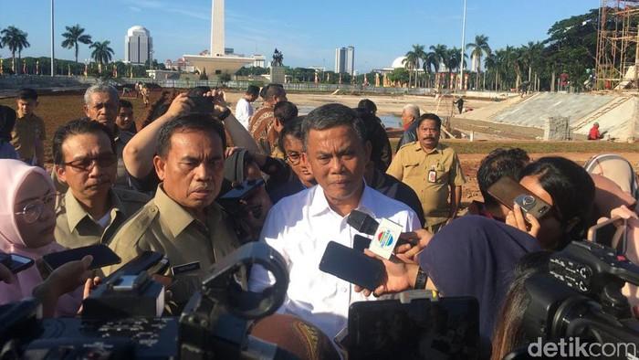 Sekda Pemprov DKI Jakarta Saefullah dan Ketua DPRD DKI Jakarta Prasetio Edi Marsudi mengecek proyek revitalisasi monas.