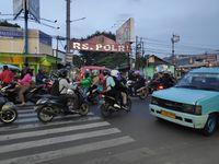 Bikin Macet, Pemotor Lawan Arus di Kramat Jati arah Pasar Rebo