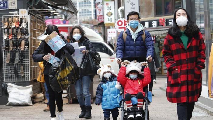Turis China Berburu Masker