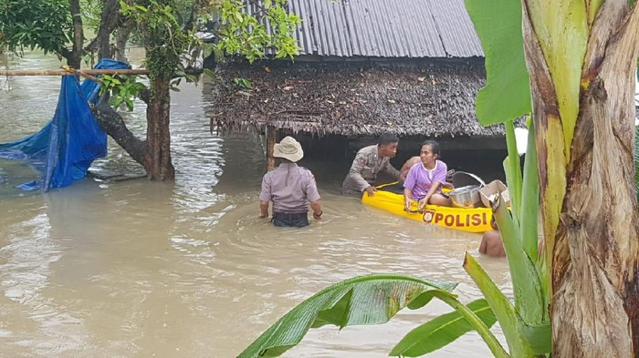 Polisi mengevakuasi warga menggunakan perahu (Dok. Polresta Deli Serdang)
