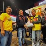 Pengguna Pajero Sport Bagi-bagi Sembako di Semarang