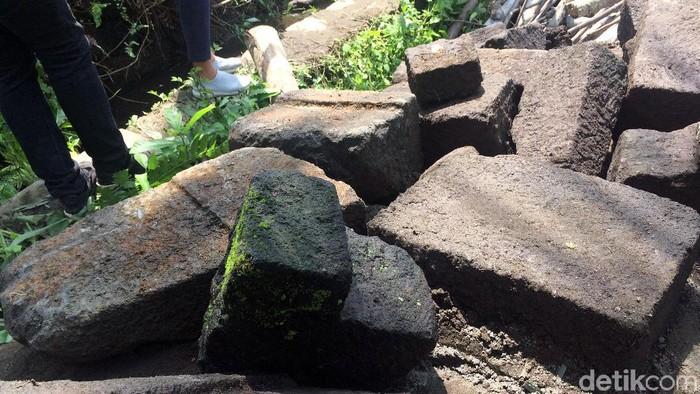 Dua arca ditemukan di kawasan Ngemplak, Kabupaten Sleman. Kedua arca itu ditemukan saat tengah dilakukan penggalian untuk penampungan kotoran sapi.