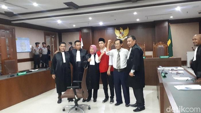 Aktivis Sri Bintang Pamungkas menghadiri sidang tuntutan terdakwa Lutfi Alfiandi.