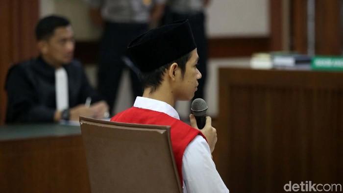 Dede Lutfi Alfiandi alias Dede dituntut 4 bulan penjara dalam sidang di PN Jakarta Pusat. Usai sidang Lutfi yang menangis dipeluk oleh ibunya.