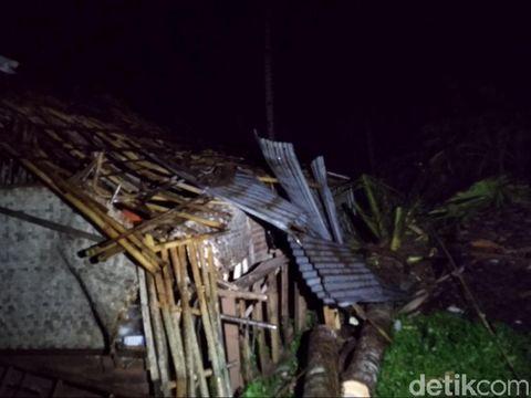 Puluhan Rumah Rusak Disapu Angin Kencang di Kota Banjar