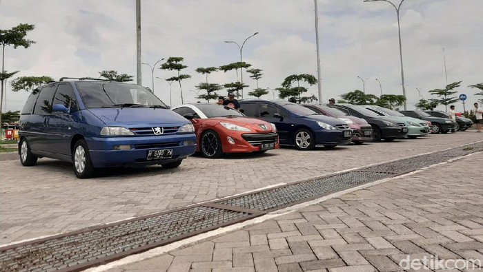 Komunitas pengguna mobil Peugeot Solo touring menyambangi Surabaya-Madura (Suramadu) bersama keluarga. Ada belasan mobil yang terlibat dalam Tour Suramadu