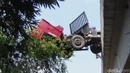 Truk Trailer Menggantung di Jembatan Akibat Sopir Ngantuk