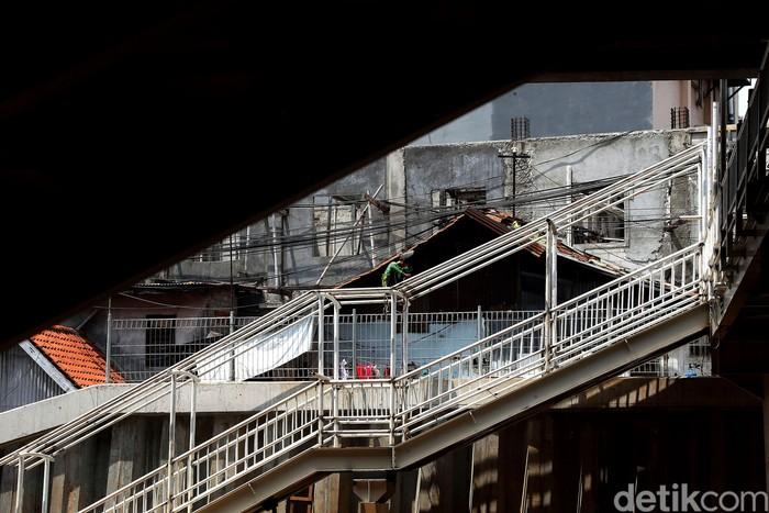 JPO di halte TransJakarta Cipinang Kebon Nanas, Jakarta Timur, mulai diperbaiki petugas. Hal itu dilakukan untuk memberikan rasa nyaman dan aman bagi warga.