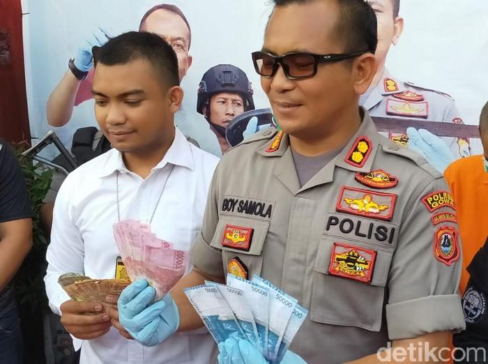 Polres Gowa menangkap dua orang terkait dugaan penyebaran uang palsu (M Nur Abdurrahman/detikcom)