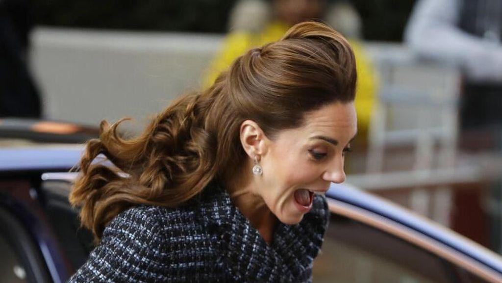 Foto: Ekspresi Kaget Kate Middleton saat Roknya Tertiup Angin