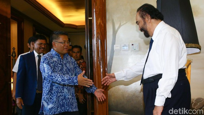 Ketua Umum Partai Nasdem Surya Paloh menerima kunjungan dari Presiden PKS Sohibul Iman di DPP Partai Nasdem, Jakarta, Rabu (29/1/2020). Kunjungan ini dilakukan sebagai balasan atas bertandangnya Ketua Umum Partai Nasdem ke DPP PKS beberapa waktu lalu.