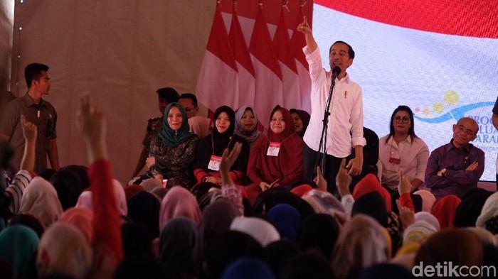 Jokowi serahkan kartu PKH di Cimahi (Andhika Prasetia/detikcom)