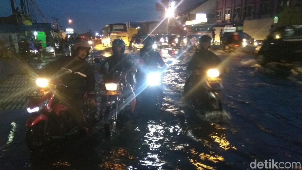 Kerap Terjebak Banjir di Jalur Bandung-Garut, Warga: Ya Kesal!