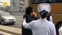 Momen Emosional Pria Teriak Cinta Saat Istri Pergi Bantu Korban Virus Corona
