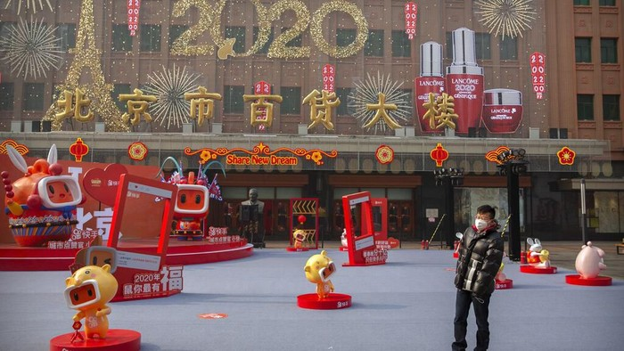 Merebaknya virus corona jenis baru membuat kawasan Beijing sepi dari aktivitas warga. Mereka memilih tinggal di dalam rumah guna antisipasi terjangkit virus itu