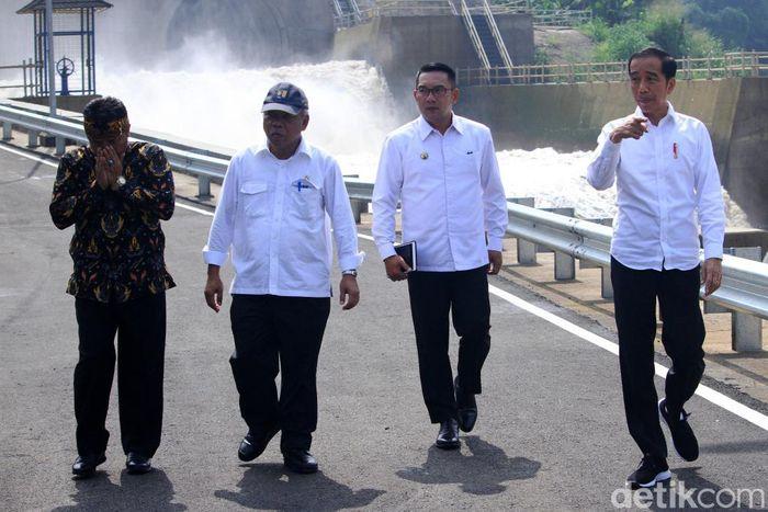 Presiden Jokowi didampingi Gubernur Jawa Barat Ridwan Kamil dan Menteri PUPR Basuki Hadimuljono meninjau Terowongan Nanjung yang diresmikannya, Rabu (29/1/2020).