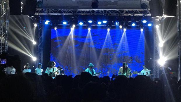 Bernyanyi Bersama Efek Rumah Kaca di Konser 'Jalan Enam Tiga'