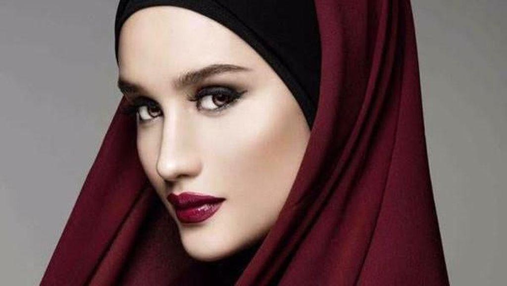 Cinta Laura Manglingi Pakai Hijab, Kabulkan Permintaan Fans yang Ngidam