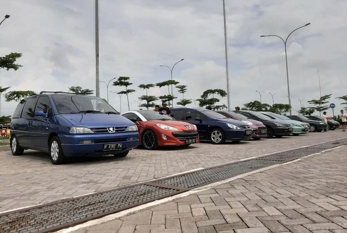 Komunitas Peugeot Solo melakukan touring menyambangi Suramadu. Ada belasan mobil yang ikut serta dalam touring tersebut.